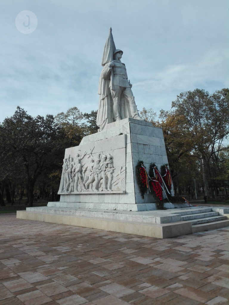 The monument dedicated to the Romanian host